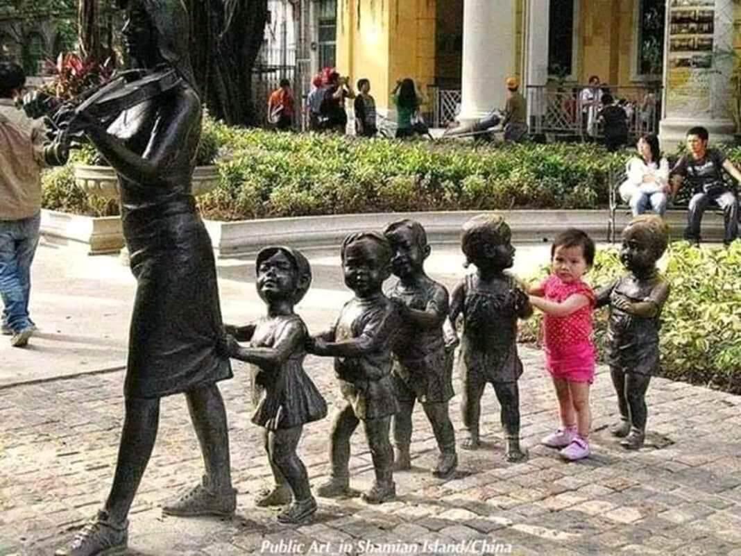 creative statues रचनात्मक मूर्तियों